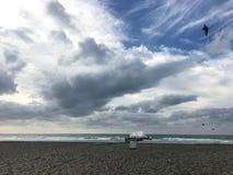 Himmel och vatten med moln Arkivfoton