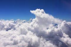 Himmel och vitmoln arkivbilder
