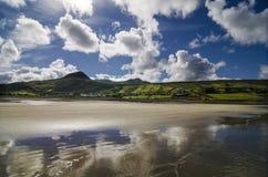 himmel reflekterad på stranden Royaltyfri Fotografi