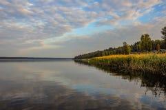 Himmel reflektiert im See Stockbilder