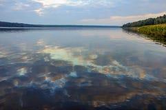 Himmel reflektiert im See Stockbild