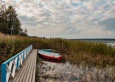 Himmel reflektiert im See Stockfotos