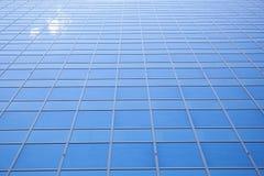 Himmel reflektierte sich in der Fassade des Bürogebäudes in Rotterdam Stockbild