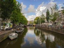 Himmel reflektierte sich in einem typischen Kanal von Amsterdam Lizenzfreie Stockfotos