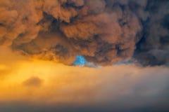 Himmel som är mulen med åskmolnet på solnedgången Arkivbild