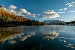 Himmel som reflekterar i sjöyttersida royaltyfria bilder