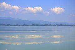 Himmel som reflekterar i slätt sjövatten Royaltyfri Fotografi