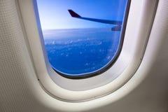 Himmel som sett igenom fönster av ett flygplan Royaltyfria Bilder