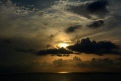 Himmel-Sonnenuntergang-Wolken-Meer entspannen sich Stockfoto