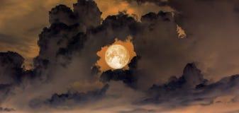 Himmel, Superblutmond im Loch des Donutwolkenbewölkten himmels Lizenzfreies Stockfoto