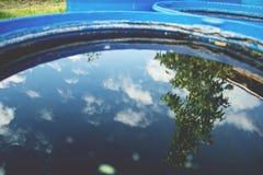 Himmel- und Baumreflexion im Wasser Stockbilder