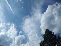 Himmel und bewölktes mit Jahreszeitänderung stockfoto