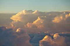 Himmel und buntes Sonnenuntergang der Wolken cloudscape in der Himalajastrecke stockfoto