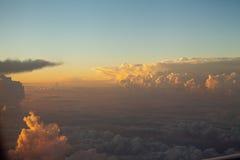 Himmel und buntes Sonnenuntergang der Wolken cloudscape in der Himalajastrecke stockfotos