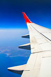 Himmel und Düsenflugzeugflügel Stockfoto