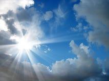 Himmel und das Sonneglänzen Stockfoto