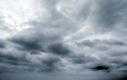 Himmel und dunkle Wolken stockfotografie