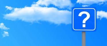 Himmel und Fragezeichenzeichen Stockfotos