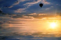 Himmel- und Luftballon reflektiert im Wasser Lizenzfreies Stockbild