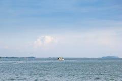 Himmel und Meer mit Fischerboot verjagen vom Land Lizenzfreies Stockfoto