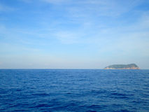 Himmel und Meer mit Insel stockfoto