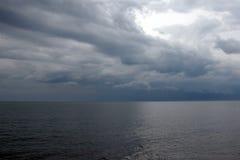 Himmel und Meer wenige Minuten vor Sturm Stockbilder