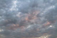 Himmel und mysteriöser Himmel mit orange Farbe des Sonnenuntergangs Stockbilder