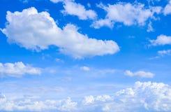 Himmel und natürlicher Hintergrund der Weißwolken Lizenzfreie Stockfotos