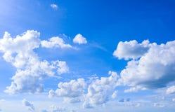 Himmel und natürlicher Hintergrund der Weißwolken Lizenzfreies Stockfoto