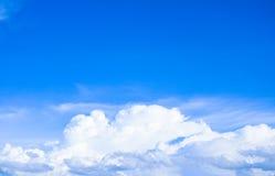 Himmel und natürlicher Hintergrund der Weißwolken Lizenzfreie Stockfotografie