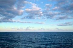 Himmel und Ozean an den Sonnenuntergangstunden Stockfotografie
