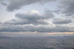 Himmel- und See- und Gebirgskette Stockfotos