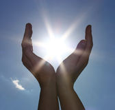 Himmel und Sonne in den Händen Lizenzfreie Stockfotos