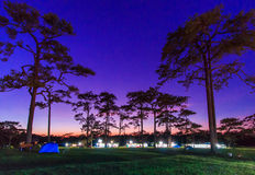 Himmel und Sterne nachts mit dem Kampieren Stockbilder