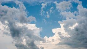 Himmel und verschiedene Wolkenbildungen Stockfotografie
