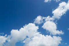 Himmel und weiße Wogen stockfotos