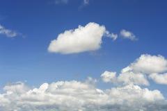 Himmel und weiße Wolken Lizenzfreie Stockbilder