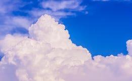 Himmel und weiße Wolken Stockbilder