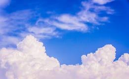 Himmel und weiße Wolken Stockfotos