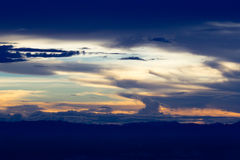 Himmel und Wolke im Sonnenuntergang Stockfotografie