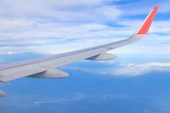 Himmel und Wolke vom Fenster eines Flugzeugfensters stockfotografie