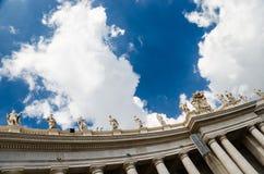 Himmel und Wolken über St Peter Quadrat Stockbilder