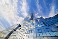 Himmel und Wolken auf Wolkenkratzer-Fassade Stockfotografie