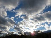 Himmel und Wolken bei Sonnenuntergang im April stockfotos