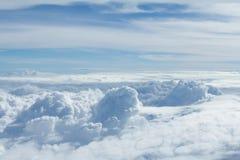 Himmel und Wolken, die Formflugzeugfenster schauen Stockfotos