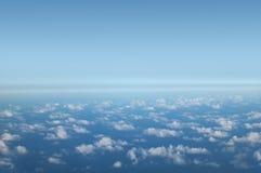 Himmel und Wolken im blauen Ton Stockfoto