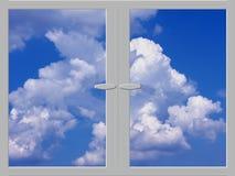 Himmel und Wolken im Fenster Lizenzfreie Stockfotografie