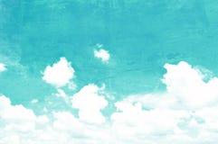 Himmel- und Wolkenbild auf rauer Betonmauerbeschaffenheit Stockbilder