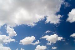 Himmel- und Wolkenhintergrund Stockbild