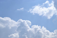 Himmel- und Wolkenhintergrund Lizenzfreies Stockbild